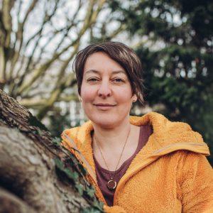 Porträt von Andrea in der Natur. Andrea Laudenberg aus Bergisch Gladbach – naturzeit: Workshops und Beratung zum Thema Persönlichkeitsentwicklung mit der Kraft der Natur und Heilpflanzen.
