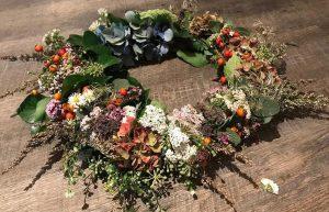 Selbstgebundener Blumenkranz aus gesammelten Wild-Kräutern und Blüten. Workshops zur Bestimmung von Wildpflanzen und deren Wirkungsweise, Kränze binden, in Bergisch Gladbach. Kräuterwanderung