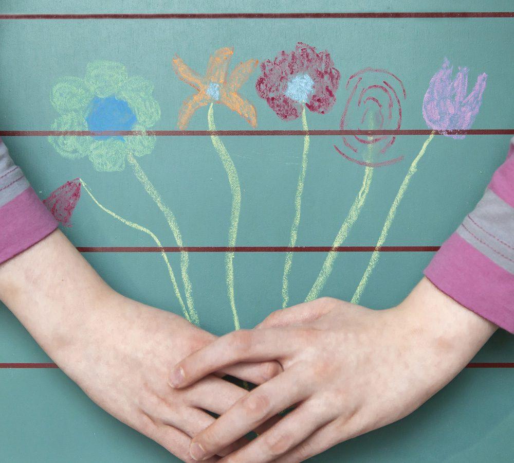 Kinderhände umfassen gezeichnete Blumen. Andrea Laudenberg aus Bergisch Gladbach – naturzeit: Workshops und Beratung zum Thema Persönlichkeitsentwicklung mit der Kraft der Natur und Heilpflanzen.
